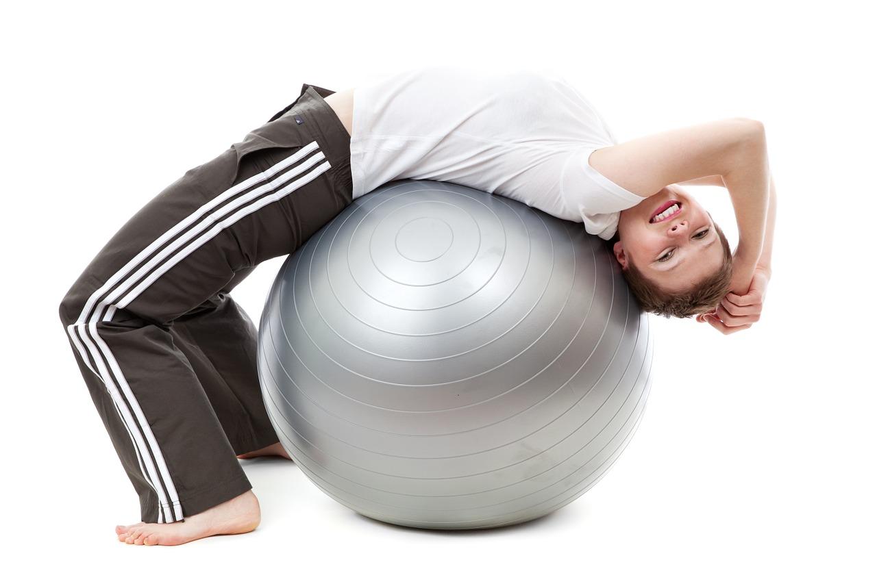 Cvičení na balónu je vhodné pro každého