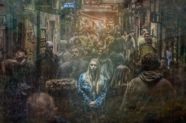 opuštěná v davu