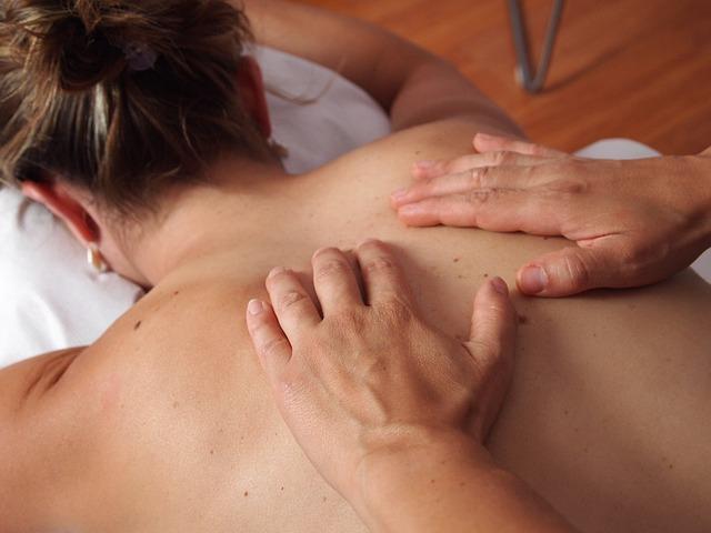 masáž zad ženy