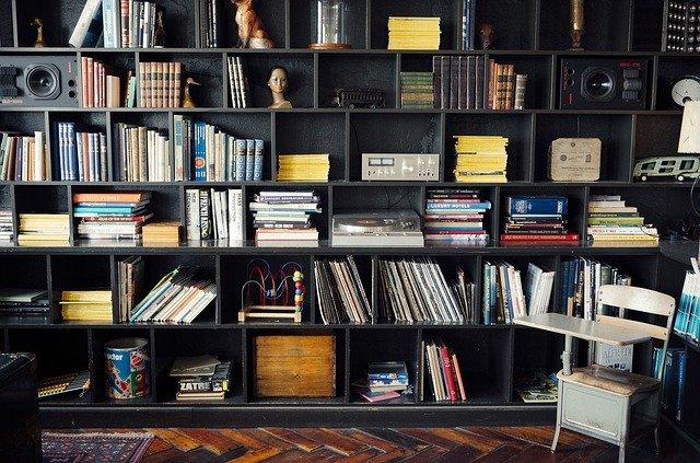 černá policová knihovna