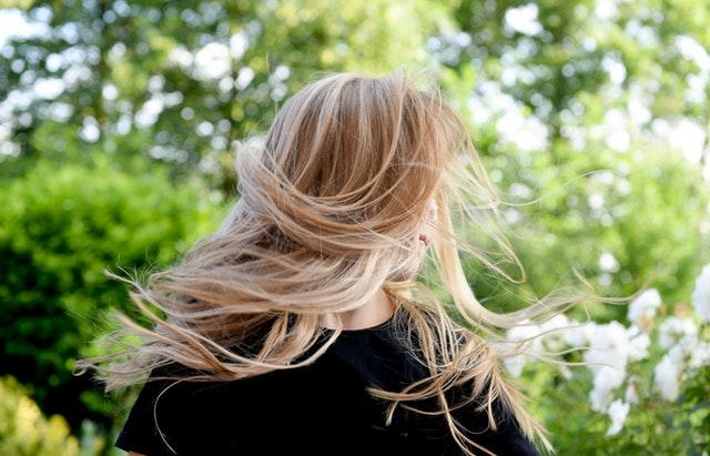 lesklé vlasy